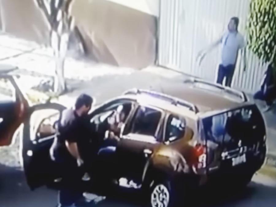 Momento en que una madre sus dos hijos son despojados del auto en México
