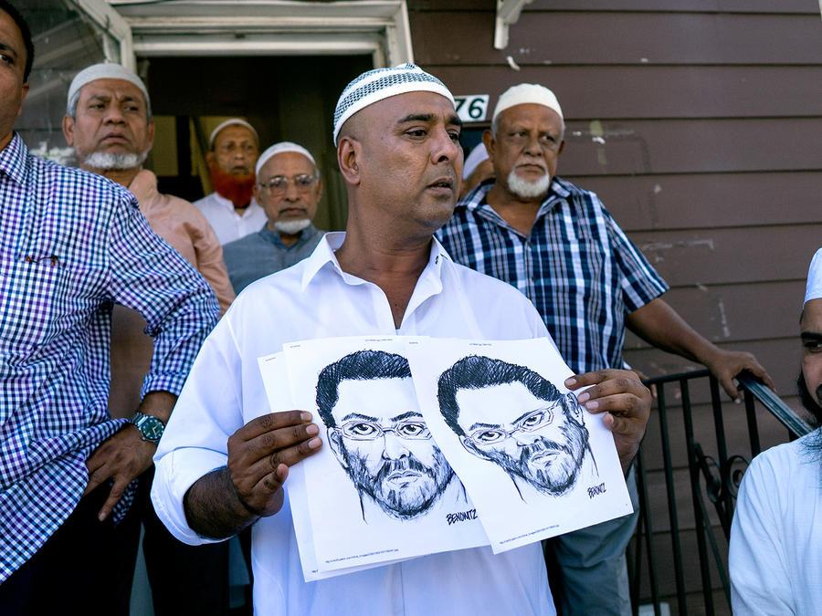 En la entrada frontal de la mezquita Al-Furqan Jame Masjid, en Queens, en la ciudad de Nueva York, personas muestran el domingo 15 de agosto de 2016 un boceto hecho por la policía del individuo que mató a tiros el día anterior al iman Maulama Akonjee y su
