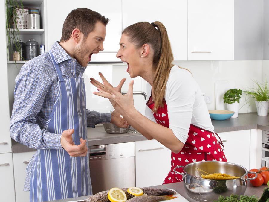 Pareja discutiendo en la cocina