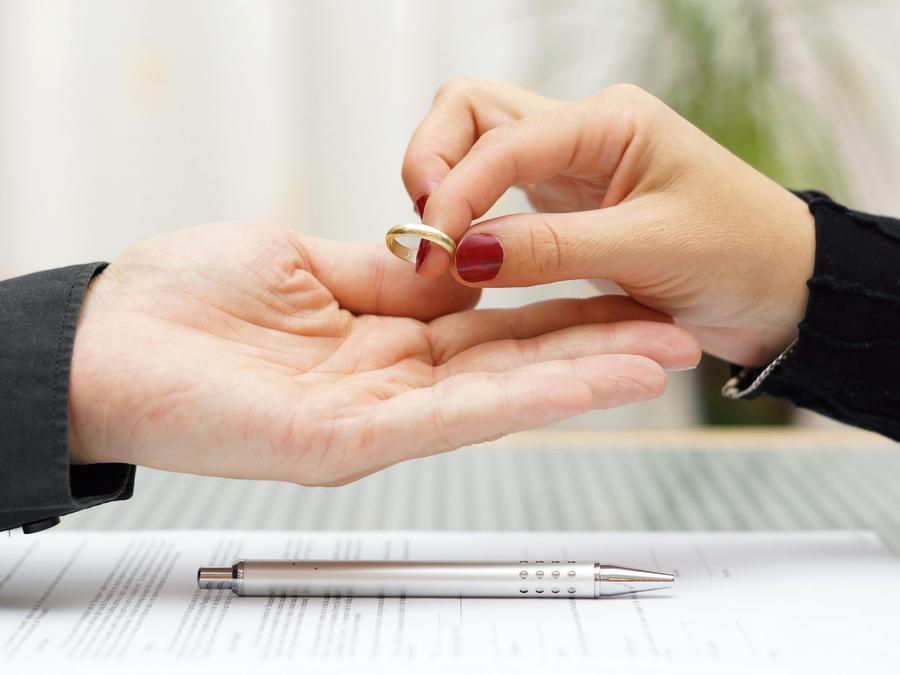 Pareja llenando papeles de divorcio
