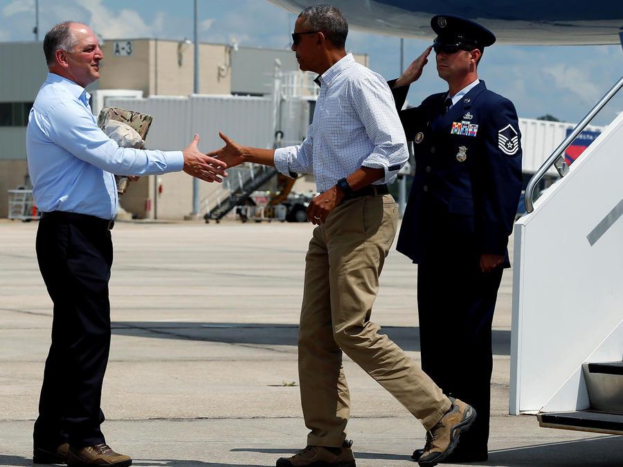 El gobernador de Louisiana y su esposa reciben al presidente Obama que visitará las zonas afectadas por graves inundaciones