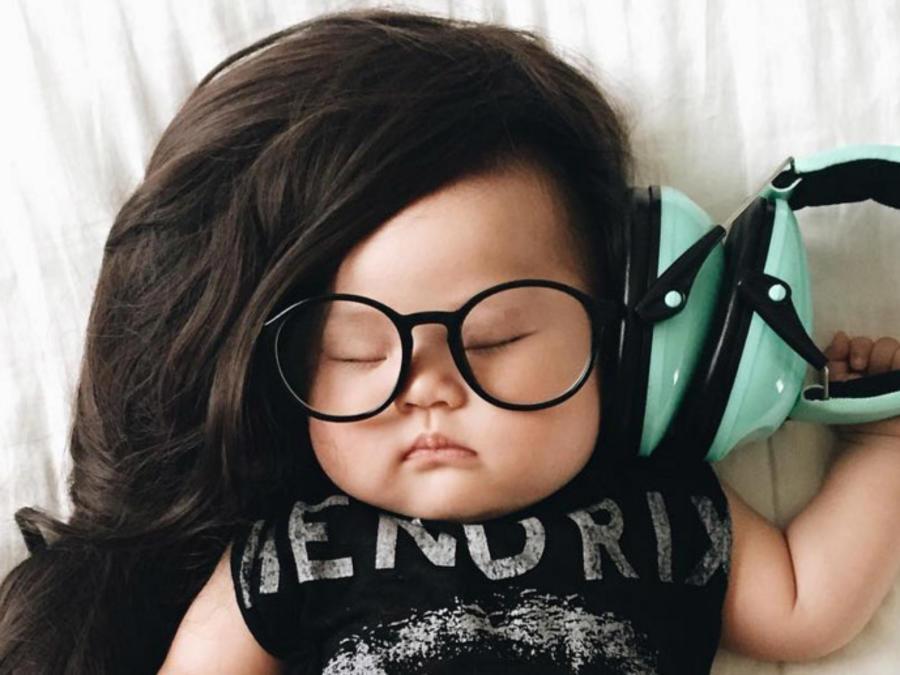 Bebé disfrazado de Dj mientras duerme
