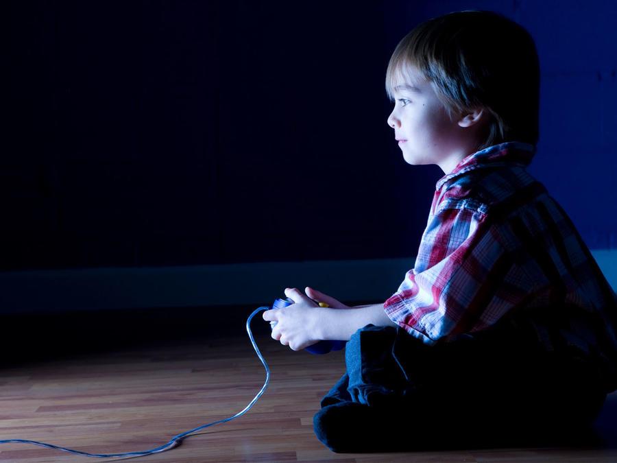 Un niño jugando videojuegos.