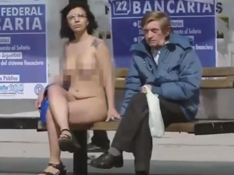Mujeres se desnudan frente al congreso para protestar por la igualdad (VIDEO)