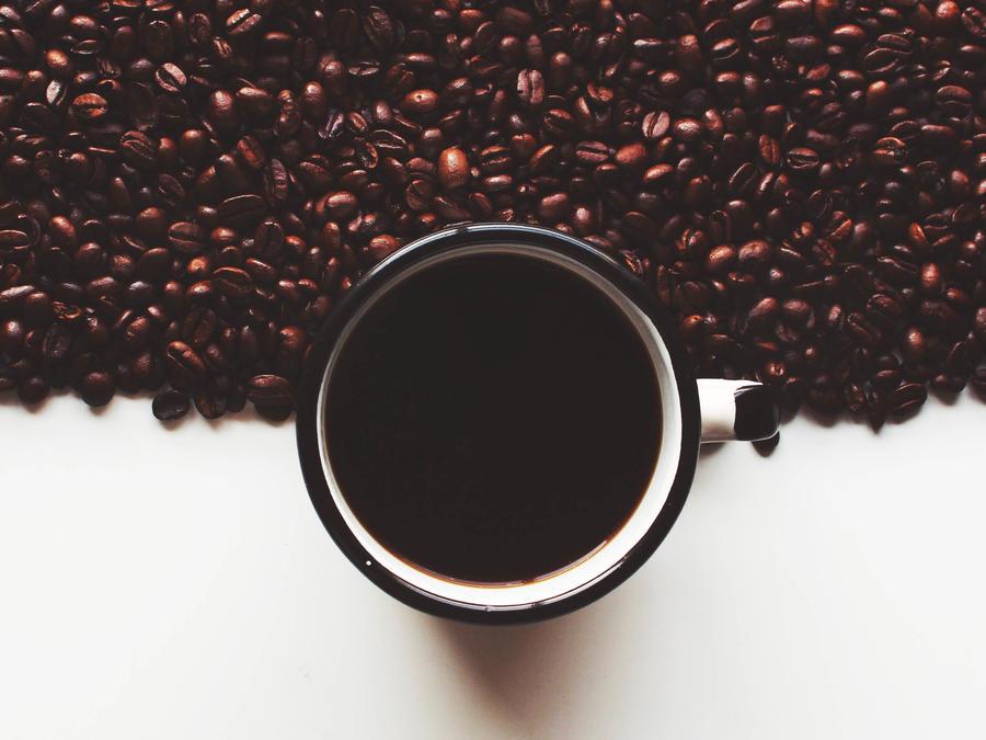Granos de café y taza de café