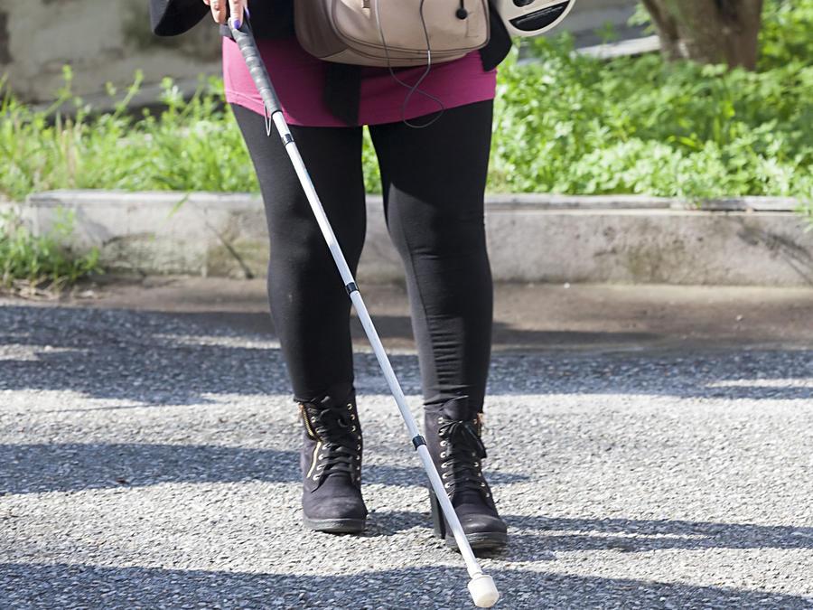 Persona ciega caminando