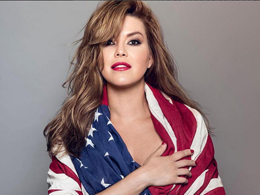 Alicia Machado posa con la bandera estadiunidense