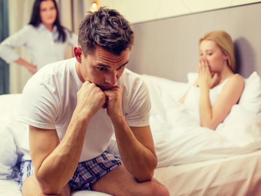 Mujer encuentra a su esposo en la cama con otra