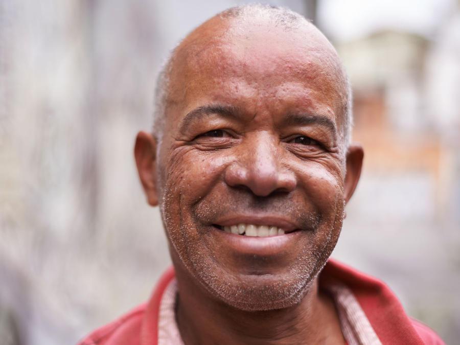 Hombre humilde, sonriendo