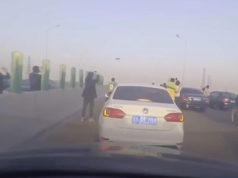 Un supuesto OVNI causa conmoción en medio de una calle en China (VIDEO)