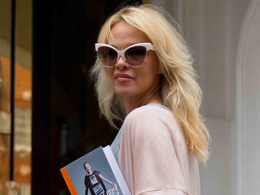 Pamela Anderson lleva lunch a la embajada ecuatoriana