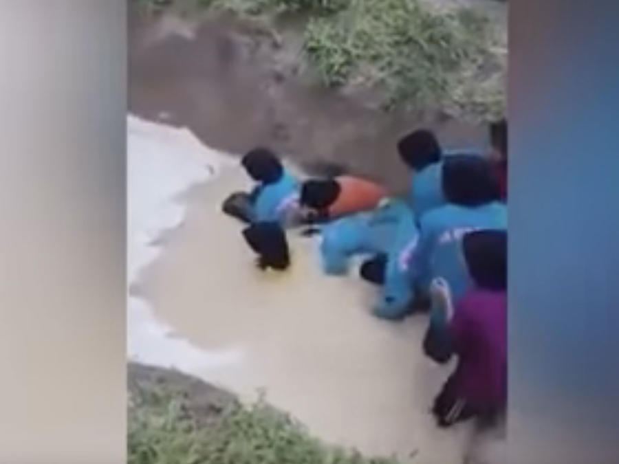 Obligan a un grupo de niñas a meterse en un pozo lleno de serpientes (VIDEO)