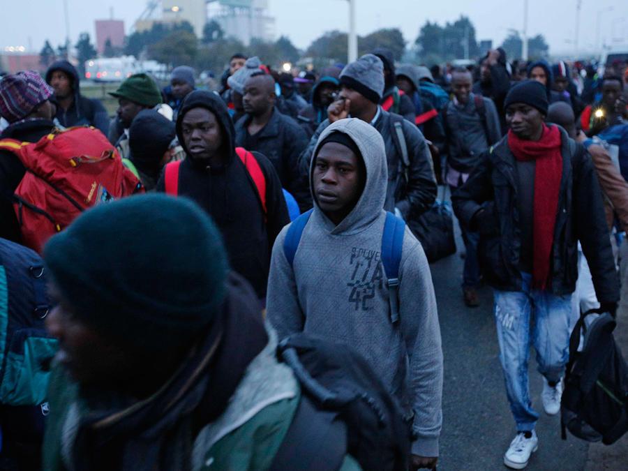 """Migrantes esperando a registrarse en un centro de procesamiento en el campo improvisado conocido como """"La Jungla"""", cerca de Calais, en el norte de Francia, el lunes 24 de octubre de 2016."""