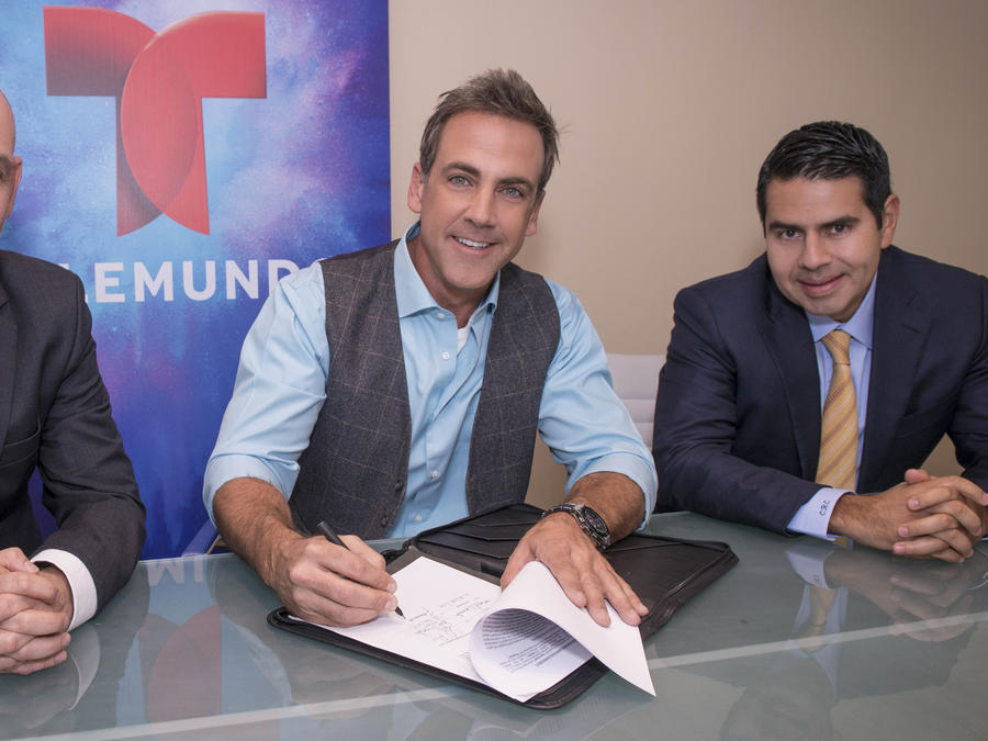 Carlos Ponce, firma exclusividad, Telemundo