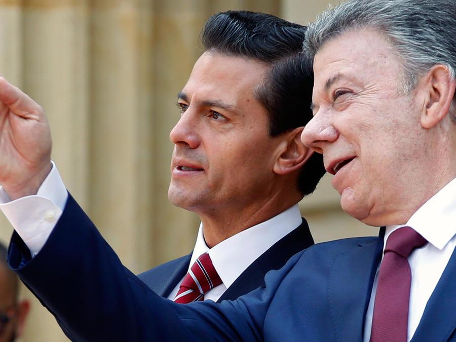El presidente de México, Enrique Peña Nieto y su homólogo colombiano, Juan Manuel Santos en Bogotá, Colombia el jueves 27 de octubre del 2016