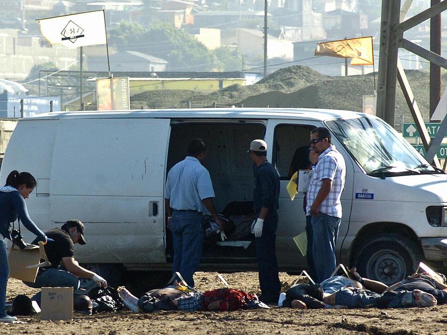 Policías en una zona de Tijuana donde fueron hallados nueve cuerpos decapitados en el 2008