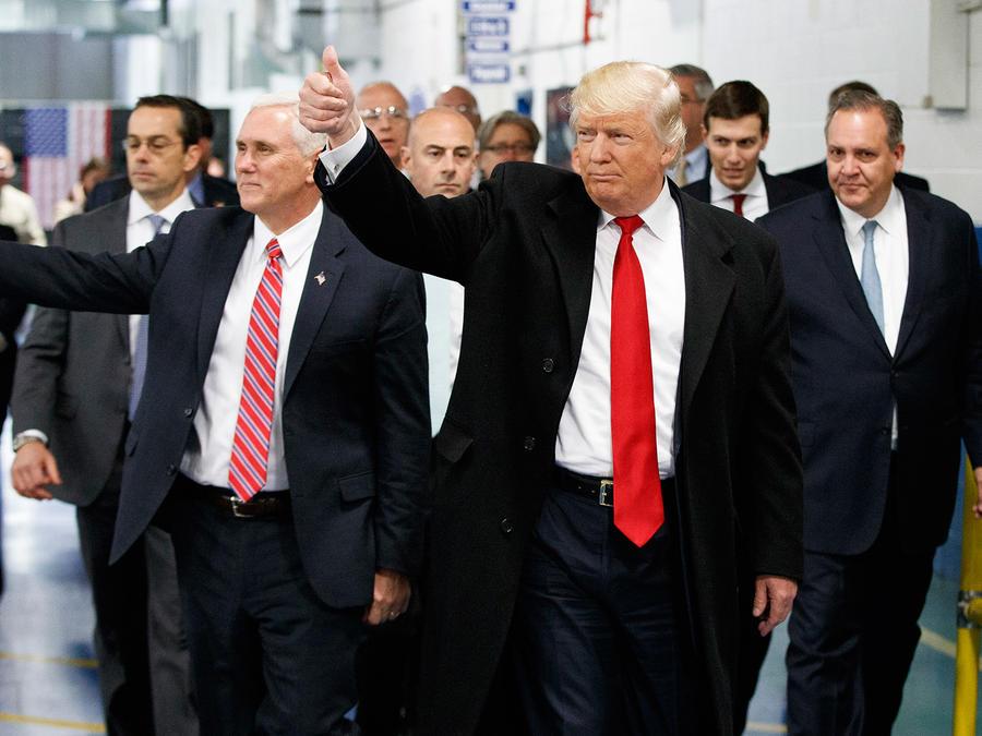 El presidente electo, Donald Trump, y Mike Pence en una visita a la fabricante de aires acondicionados Carrier en Indianápolis el 1 de Diciembre del 2016