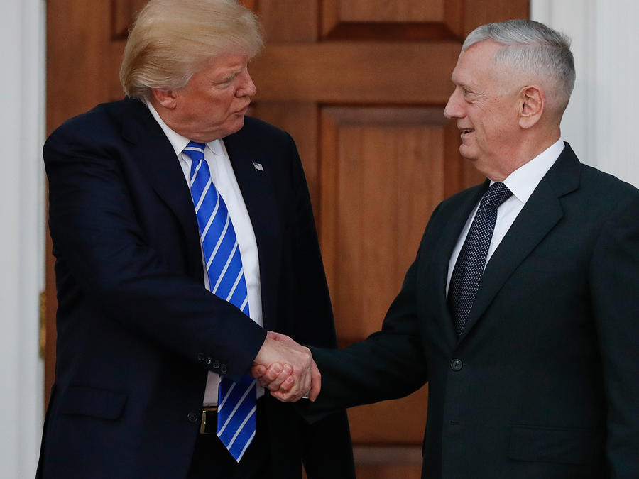 El presidente electo Donald Trump y el general James Mattis se saludan el 19 de noviembre del 2016 en New Jersey