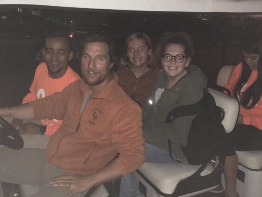 Matthew McConaughey da un aventón a estudiantes universitarios para que lleguen seguros a casa