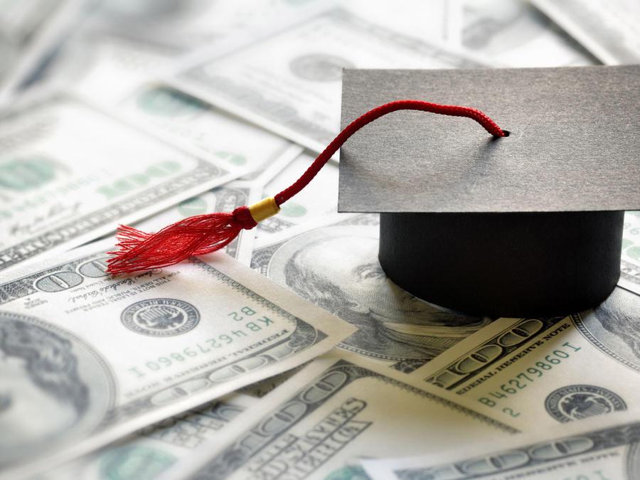 Birrete para graduado sobre billetes de dólar