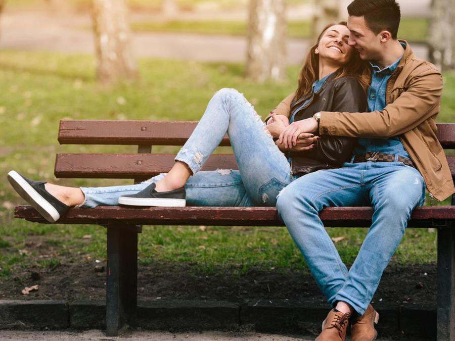 Pareja sentados en un banco en un parque