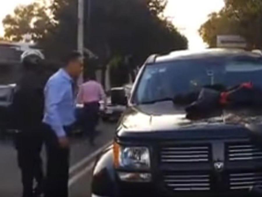 Un mexicano descubre al amante de su esposa manejando su propia camioneta (VIDEO)