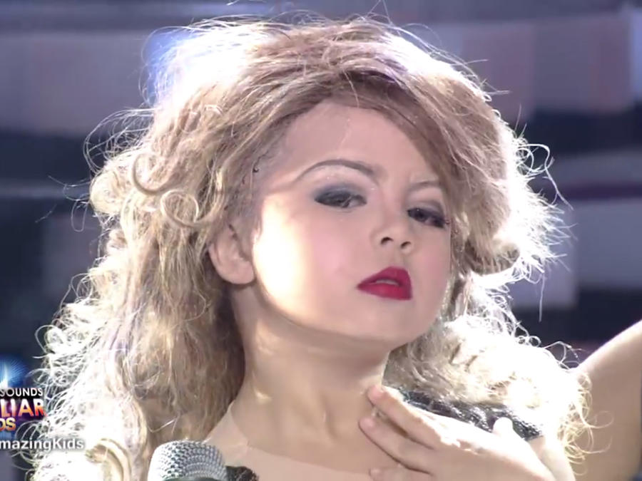 Xia Vigor imitando a Taylor Swift