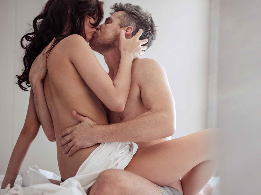 Desnudos besándose