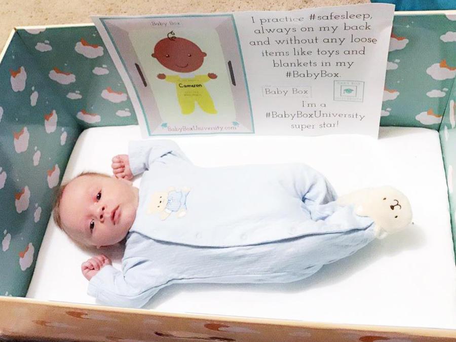 Bebé en una caja de cartón
