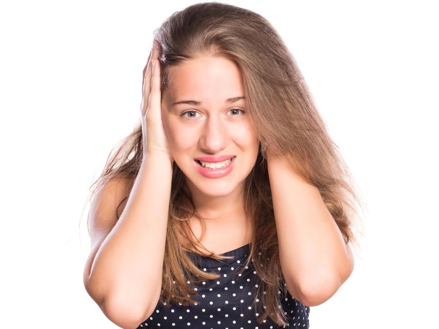 Mujer joven cubriéndose los oídos