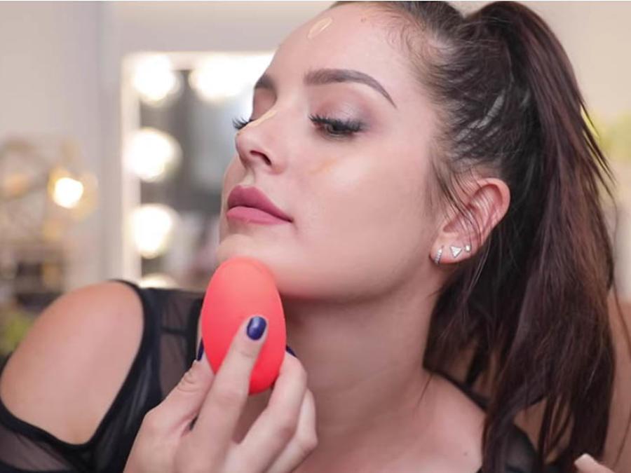 Blogger se aplica maquillaje con un vibrador de silicona