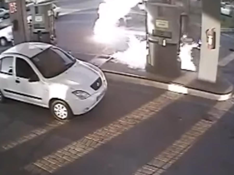 Un hombre se enciende en llamas en una estación de gasolina (VIDEO)