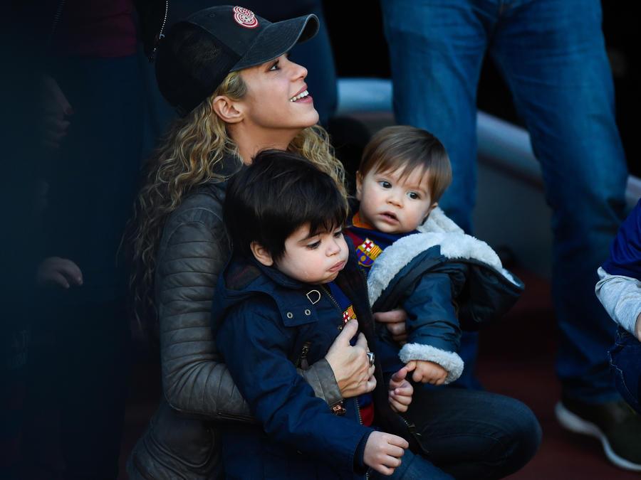 Shakira y sus dos hijos en partido de futbol