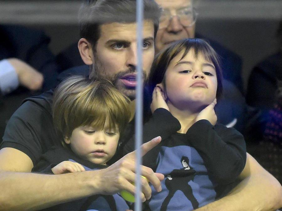 Gerard Piqué con sus hijos Milan y Sasha en partido de paddle en Barcelona