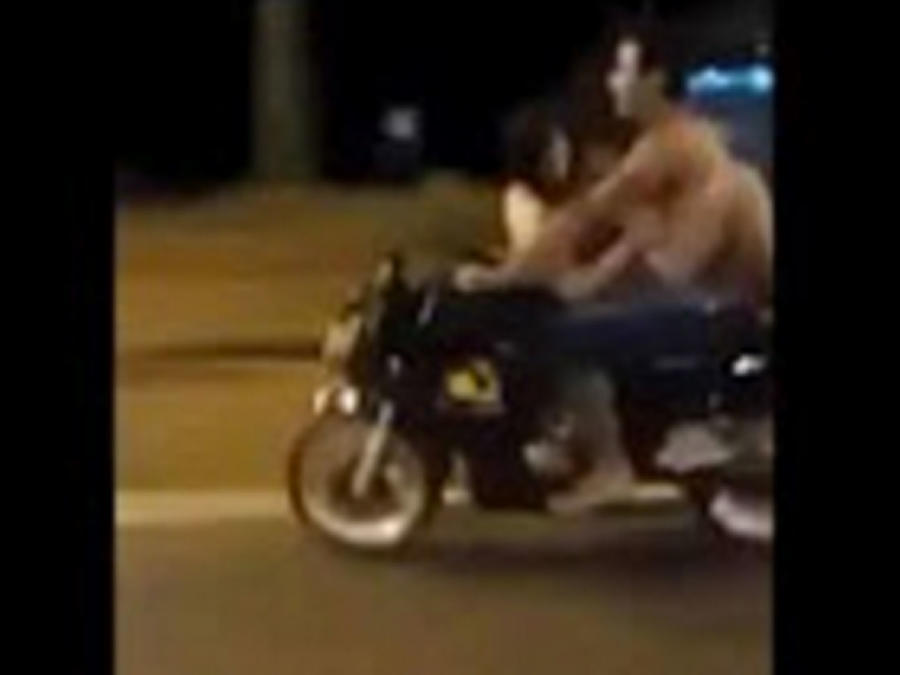 Una pareja tiene sexo mientras van en una motocicleta (VIDEO)