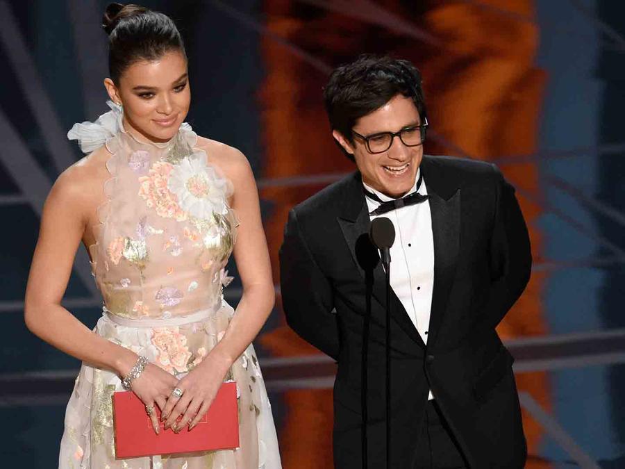 Gael García Bernal y Hailee Steinfeld enlos Oscars 2017