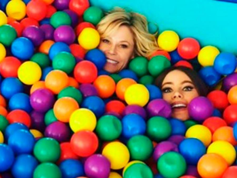 Sofía Vergara, Julie Bowen y Jeremy Maguire jugando en una alberca de pelotas