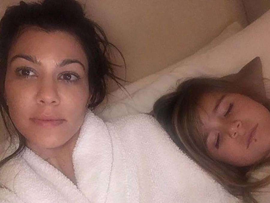 Kourtney Kardashian y su hija en la cama