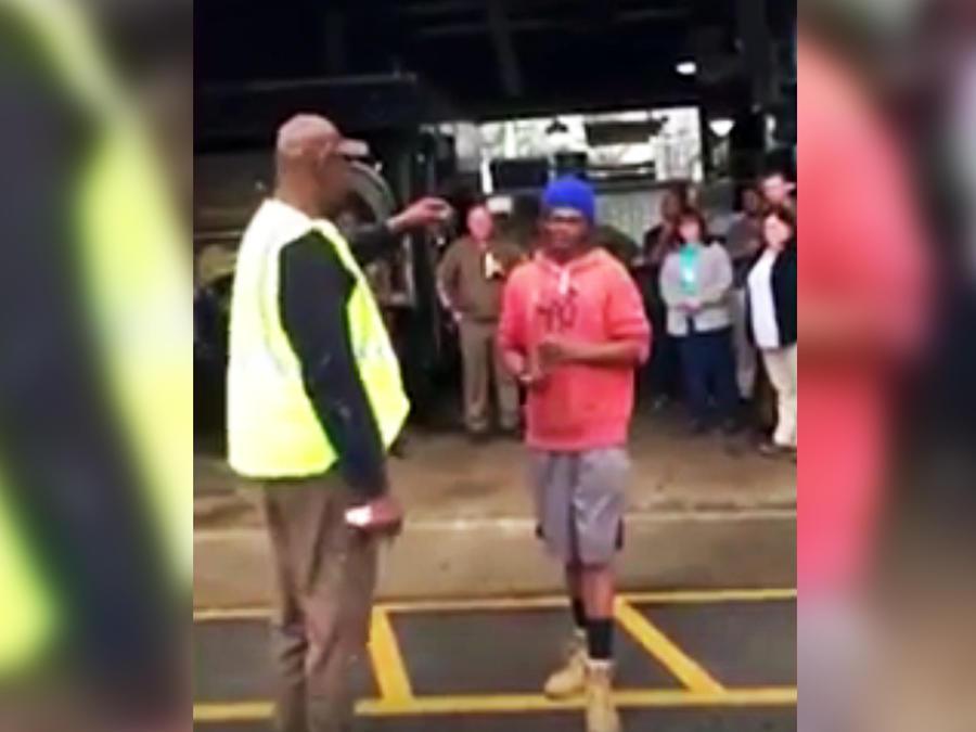 Compañeros de trabajo regalan auto