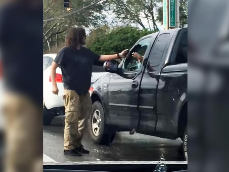 Hombre pelea con conductor