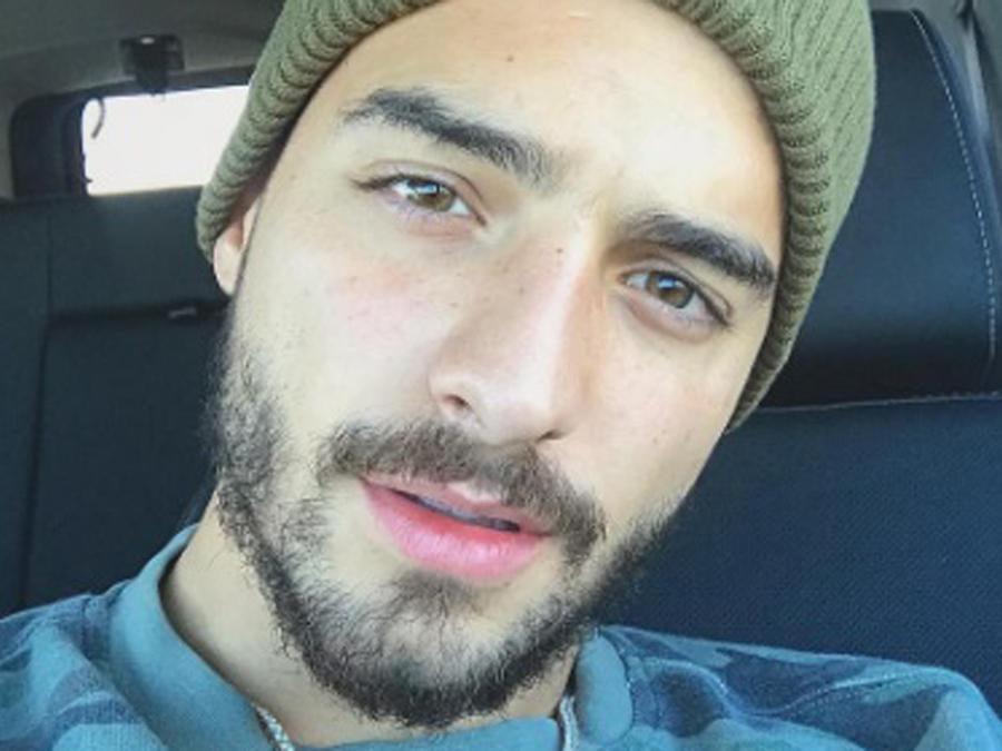 Maluma tomándose una selfie