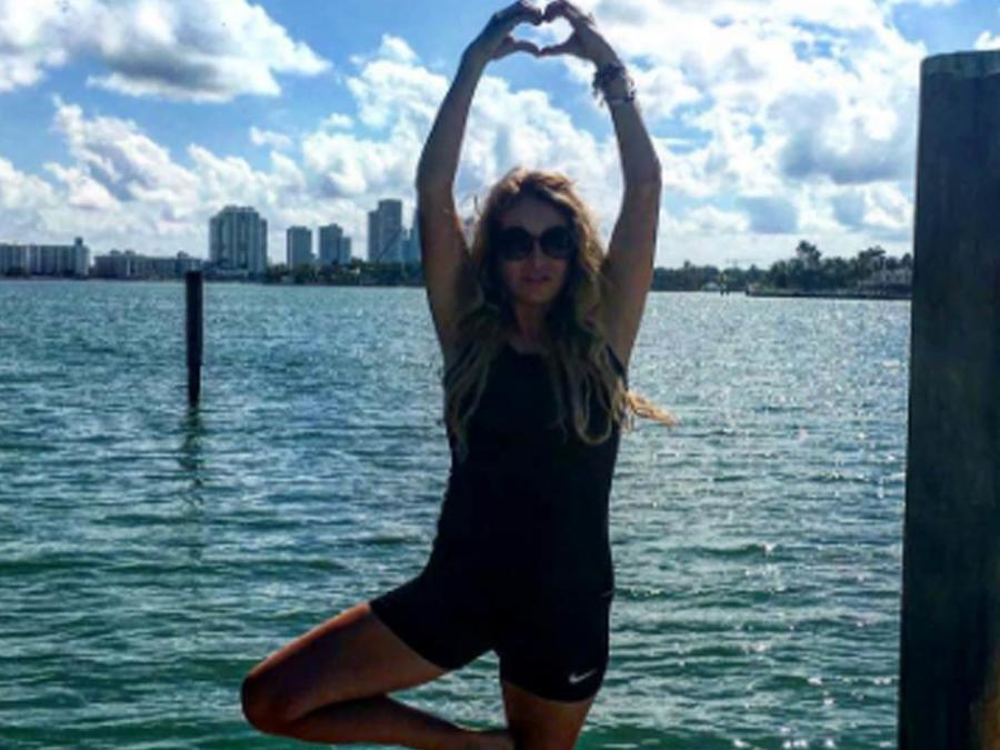 Paulina Rubio practicando yoga