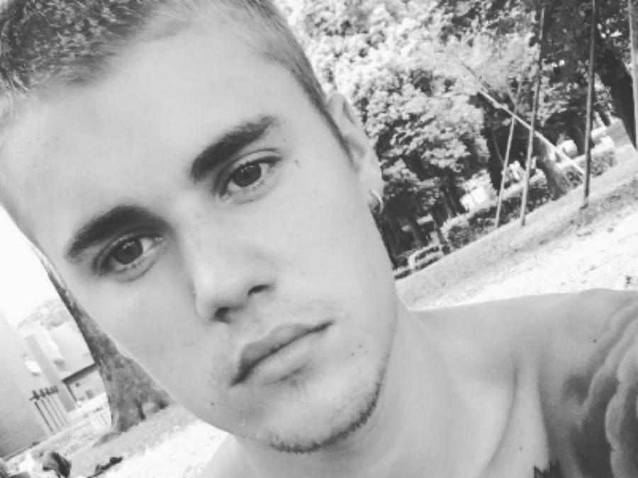 Justin Bieber tomándose una selfie