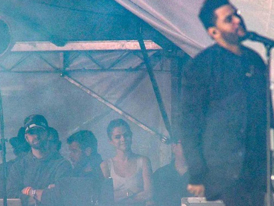 Selena Gomez viendo a The Weeknd