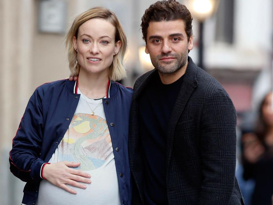 Oscar Isaac y Elvira Lind mostrando embarazo