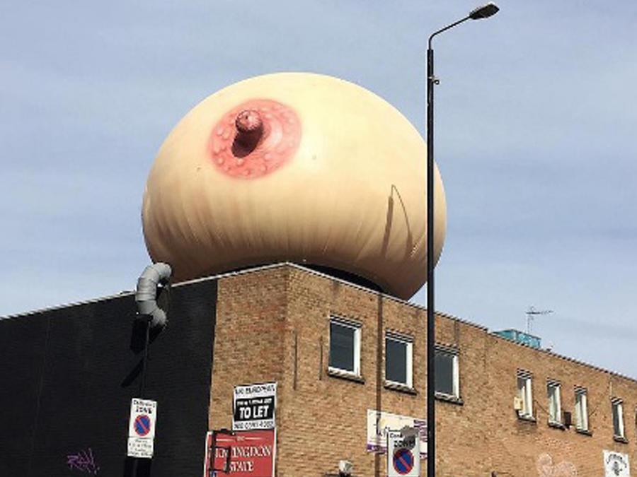 Seno gigante sobre un edificio en Londres