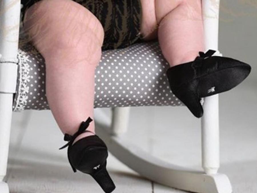 Bebé usando tacones