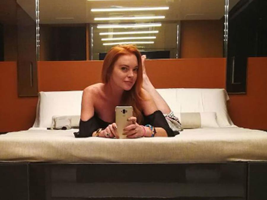 Lindsay Lohan se toma una selfie en la cama