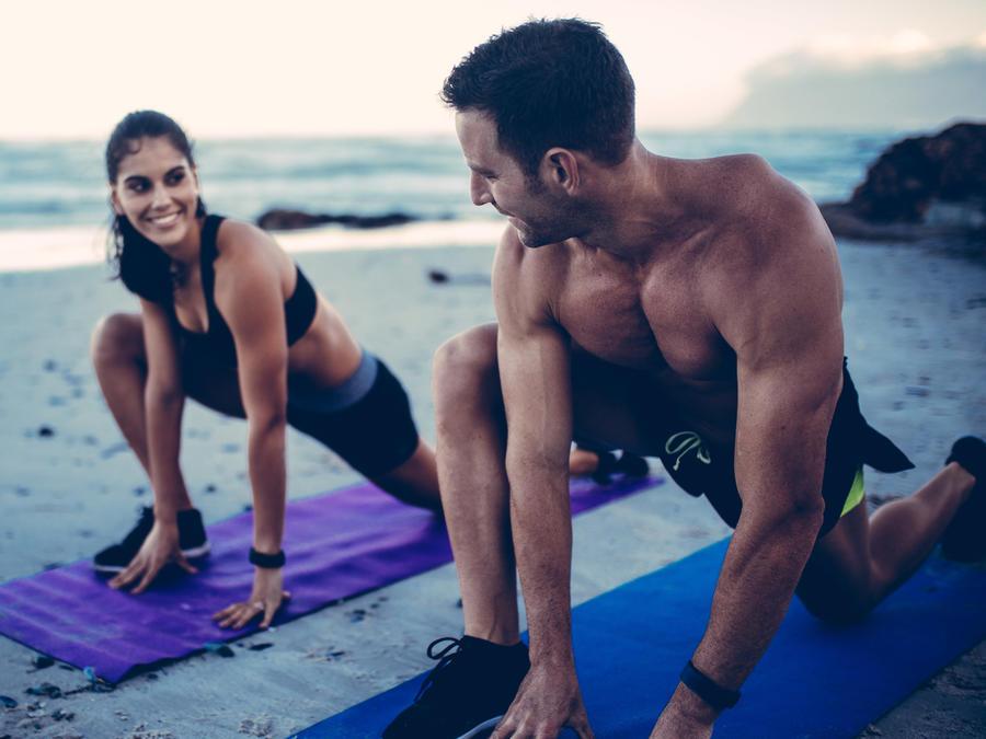 Pareja haciendo ejercicio en la playa