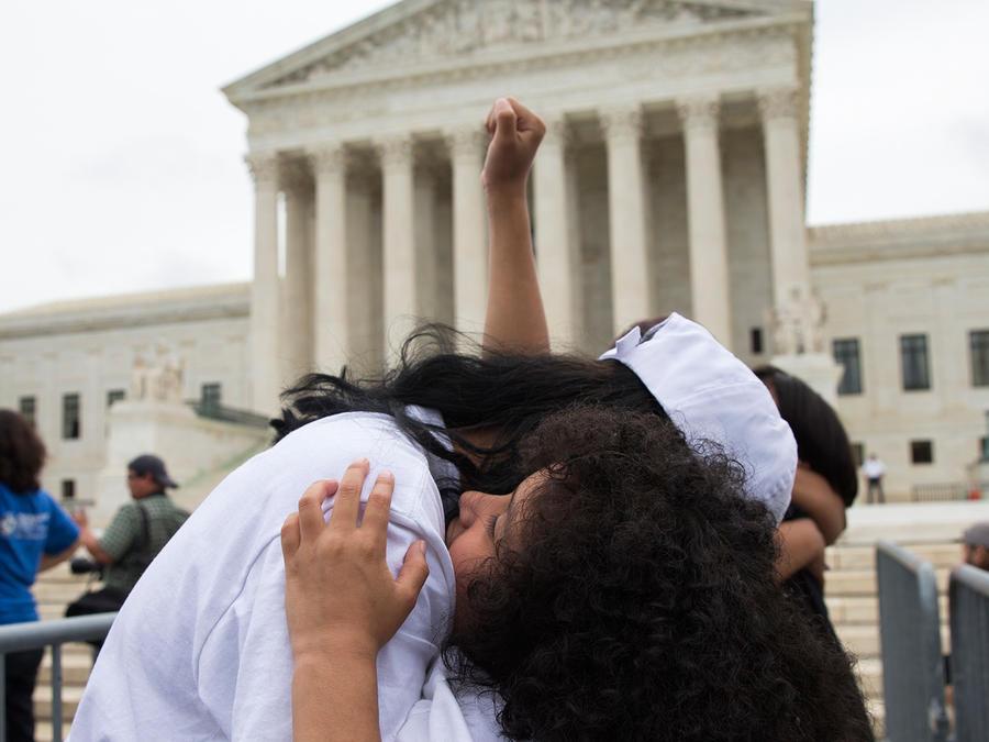Una inmigrante mexicanaabraza a su sobrina durante una manifestación sobre inmigración frente a la Corte Suprema, en Washington.